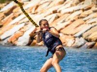 nina en el agua practicando esqui acuatico