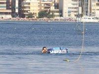 en el agua al caerse de la tabla de wakeboard