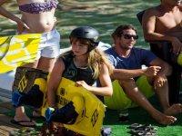 esperando su turno para practicar wakeboard