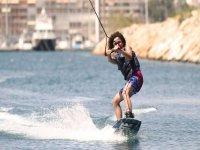 nino en torrevieja practicando wakeboard