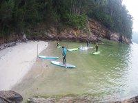 Llegando a la orilla con las tablas de paddle surf