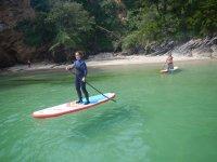 Remando desde la orilla en las tablas de paddle surf