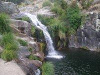 Cascada natural sobre las rocas