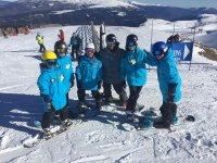 Grupo de esquiadores en la pista