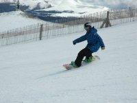 Snowboard en la pista nevada