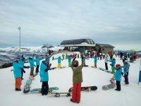 Ejercicios grupales antes de la clase de snow