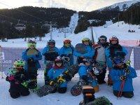 Equipo de esquiadores en la pista