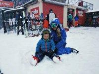 Sobre la nieve antes de la clase de esquí