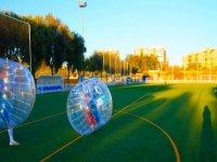 en un campo de futbol jugando al zorbing