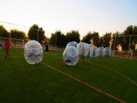jugando al zorbing en un campo de futbol