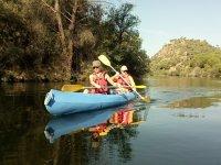 独木舟安装在平静的水面上