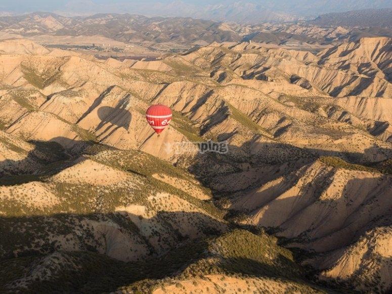 Conoce los paisajes de Guadix en globo