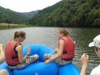 recorriendo el rio deba en una balsa de rafting