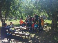 Amistades en el campamento en el Pirineo