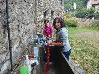 Lavando la ropa en el campamento en el Pirineo