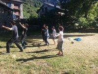 Jugando en el campamento en el Pirineo