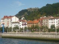 vista de una poblacion desde el agua