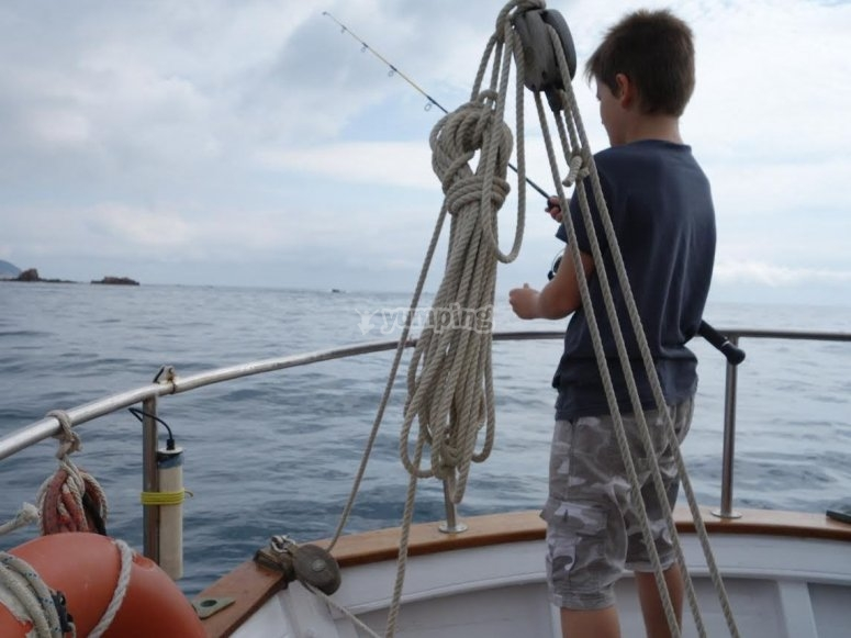 在船尾钓鱼