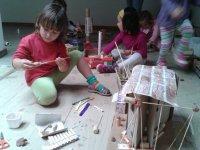 ninas en un taller de verano dde creatividad