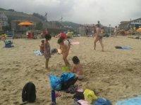 ninas jugando en la arena de la playa