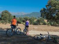 骑自行车的山地景观