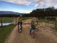 Montando en bici con la familia al completo
