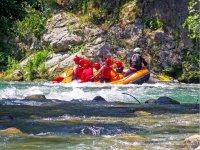 Balsa de rafting a un lado del rio