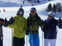 Esquiadores con camara sobre el casco