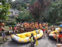Atendiendo al monitor las explicaciones de rafting