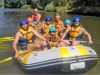 En familia haciendo rafting