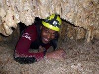 Arrastrandose por gatera en la cueva