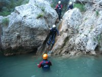 Resbalando por la roca al agua