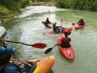 sul fiume con le canoe