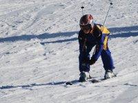 男孩滑雪时沿着雪坡滑行