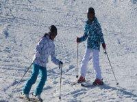 两个年轻人在赛道上滑雪
