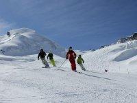 一群朋友在山上滑雪
