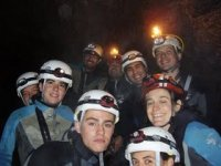 洞穴进入山洞肖像Rappelando到一个新的水平