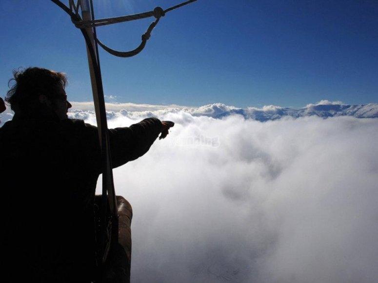 接触从气球的篮子云风景照片