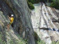 bajando una roca tras su escalada