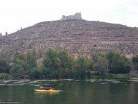 Canoa e castello sullo sfondo