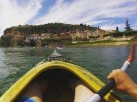 In kayak attraverso il villaggi lungo il fiume
