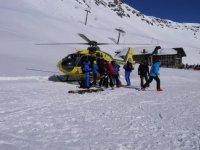 Subiendo los esquis al helicoptero