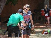 Rappelando与一群登山运动登山运动在帕伦西亚帕伦西亚