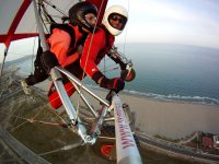 与飞行员一起悬挂滑翔