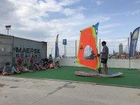 教孩子们用帆板冲浪