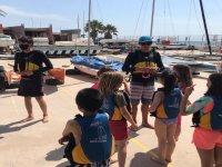 接收帆板训练营的孩子们