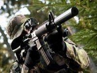 Jugador con armas de airsoft