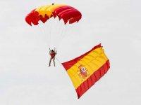 Paracaidista con la bandera nacional