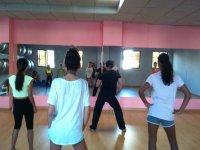三色少儿舞蹈在与老师在课堂上