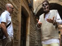 ascoltando un uomo mascherato nel cuore di Barcellona
